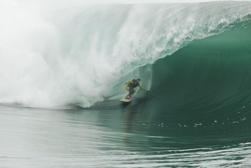 Tow-in-surfing-teahupoo-tahiti-8